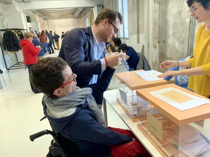 Javier votando, con apoyos, el pasado 28 de abril