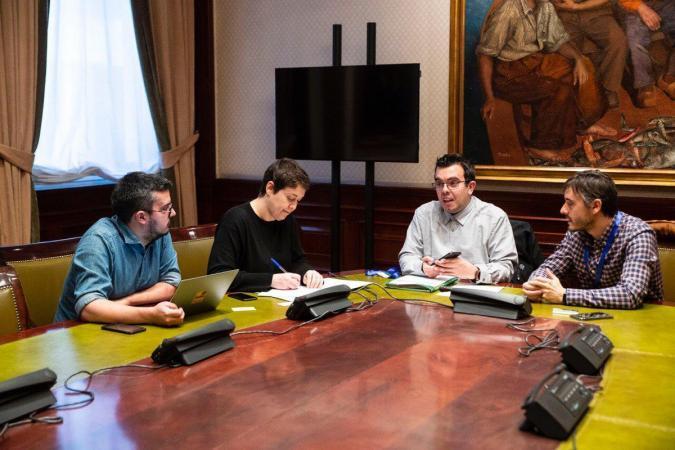 Equipo de Mi Voto Cuenta reunido con Podemos