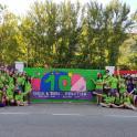 voluntarios ante el mural de Alcorisa
