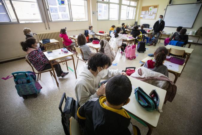 un alumno recibe apoyos en un aula inclusiva