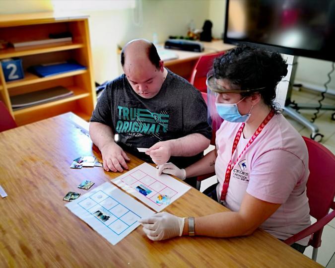 Un usuario de la Fundación Cedes, con una profesional de apoyo