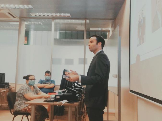 Lucas Lacasa impatiendo clase en Plena inclusión Aragón